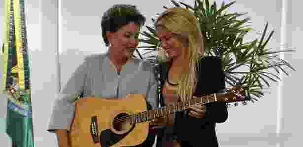 Em visita a Dilma Rousseff em Brasília, Shakira doou um violão autografado à presidente - Ricardo Moraes/Reuters