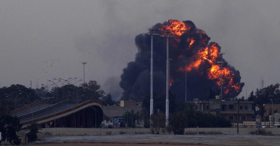 Grande explosão é vista na cidade de Benghazi, após um avião utilizado pelas forças do governo de Gaddafi ser derrubado pelos rebeldes