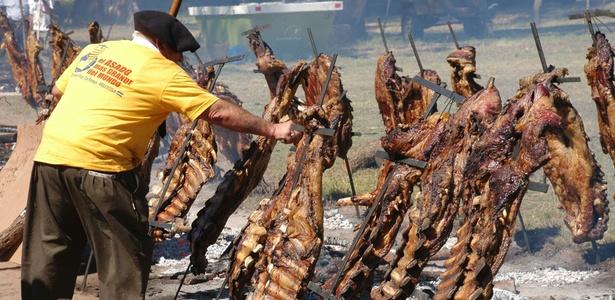 A cidade argentina de General Pico entrou para o Guinness ao fazer o maior churrasco do mundo, com 13,7 toneladas de carne bovina