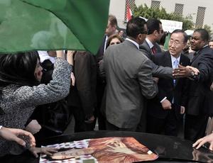 O secretário-geral da ONU, Ban Ki-moon, foi cercado por manifestantes pró-Gaddafi no Cairo