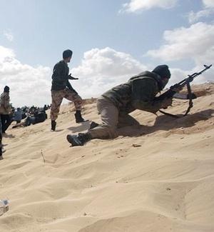 Opositores de Gaddafi avançam para confrontos com tropas do ditador líbio