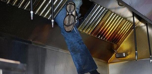 Ladrão invade pizzaria, se atrapalha e fica pendurado sobre óleo fervente