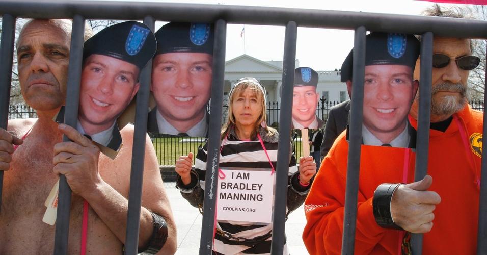 Manifestantes protestam contra a prisão do soldado Bradley Manning, em frente à Casa Branca, em Washington D.C.
