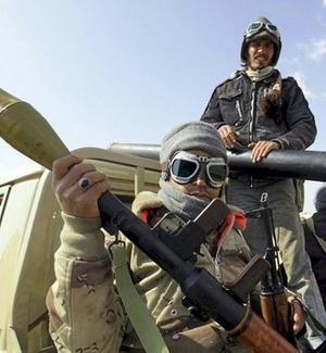 Rebeldes líbios fazem guarda em um ponto da estrada que liga Ajdabiya a Benghazi