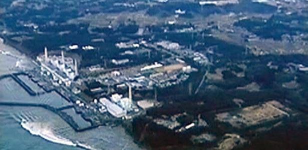Imagem retirada de um vídeo feito no dia 11 de março mostra o momento em que o tsunami que se seguiu ao terremoto do Japão atinge a usina nuclear de Fukushima
