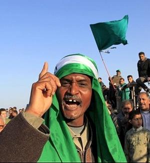 Líbios assistem a funeral de vítimas de ataques aéreos das forças da coalizão