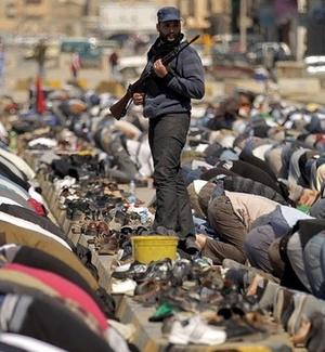 Rebelde líbio faz guarda durante as orações de sexta-feira, na cidade de Benghazi, na Líbia