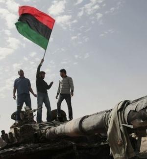 Rebeldes comemora a destruição de um tanque das forças de Gaddafi, em Ajdabiya
