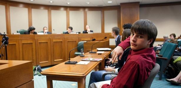 O estudante Tyler Anastopoulos dá seu depoimento em comitê contra o castigo físico nos EUA - Ben Sklar/The New York Times