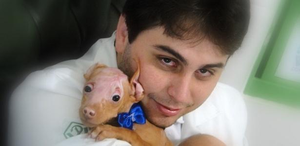 Filhote de pit bull, no colo do veterinário Danilo Testa, ganhou nome de Burne após ser queimado