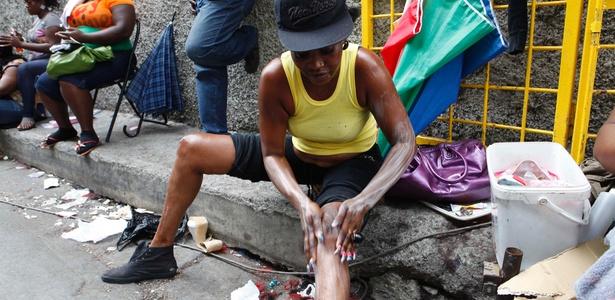Moradora de favela em Kingston passa creme caseiro para ficar com a pele mais clara - Caterina Werner/AP