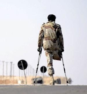 Ex-combatente rebelde passa perto de destroços de um tanque