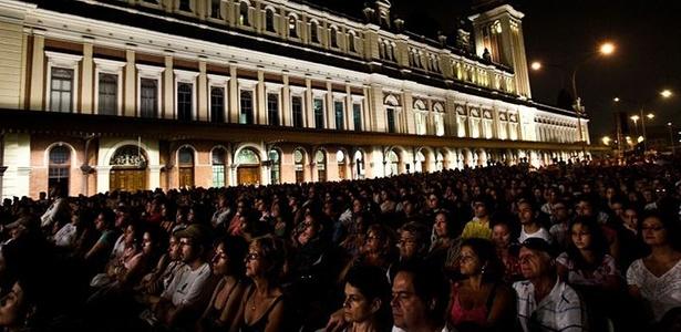 Público acompanha uma das atrações da Virada Cultural no palco da Estação da Luz, em São Paulo. Evento reuniu mais de 4 milhões de pessoas e registrou uma morte  - Danilo Verpa/Folhapress