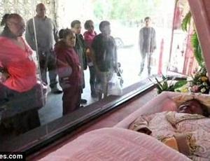"""O cadáver pode ser visto através de um vidro, como em uma vitrine ou um """"drive-thru""""... o que achar melhor"""