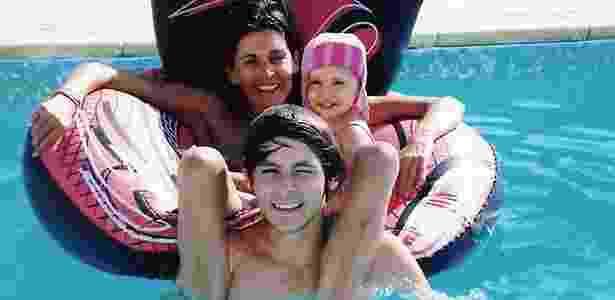 Rachel Edwards com seus dois filhos. O rapaz, de 16 anos, morreu em um acidente - AFP