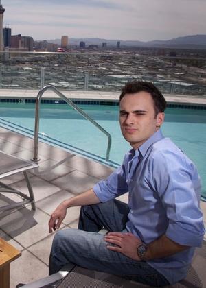 Robert Fellner, jogador profissional de pôquer online, na sua cobertura em Las Vegas; Fellner tem medo de nunca mais ver a fortuna acumulada com o jogo