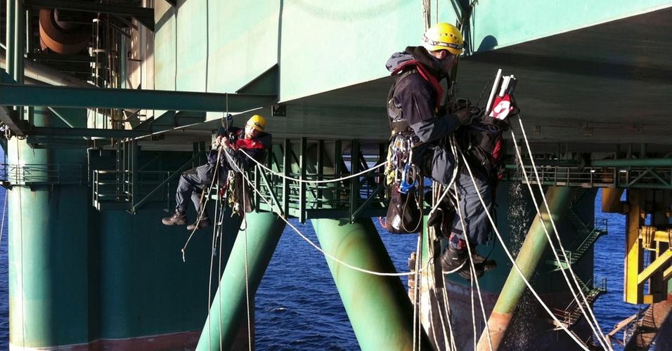 Ativistas no Greenpeace escalam o navio petroleiro Leiv Eiriksson para impedir que ele parta da Turquia para explorar poços de petróleo