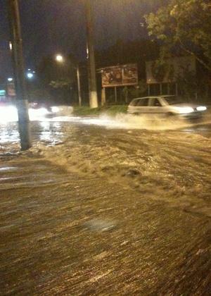 Ruas de Porto Alegre ficam alagadas após temporal
