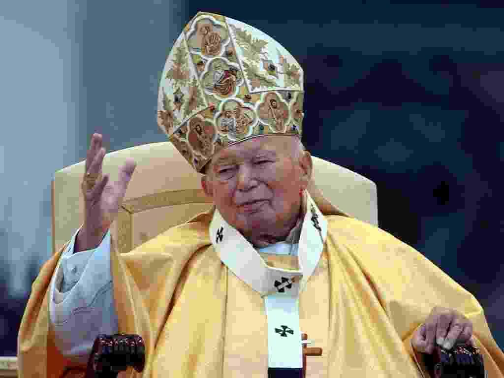 2003: O papa João Paulo 2º saúda a multidão estimada em mais de 150 mil pessoas presentes na missa de comemoração do 25º aniversário de pontificado, na praça de São Pedro, no Vaticano - Massimo Sambucetti/AP