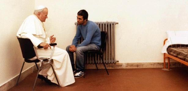 1983: O pontífice visita o turco Mehmet Ali Agca na prisão e o perdoa pelos tiros disparados no Vaticano