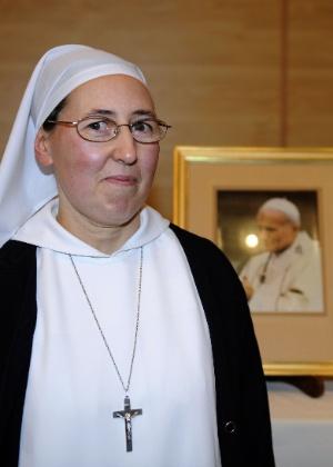 A freira francesa, Marie Simon-Pierre, afirma ter se curado do Mal de Parkinson por milagre após orações dirigidas ao papa João Paulo 2º