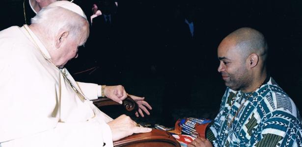 Mooney conversa com o papa durante audiência, em Roma, em 2004 - Arquivo pessoal/Victor Mooney