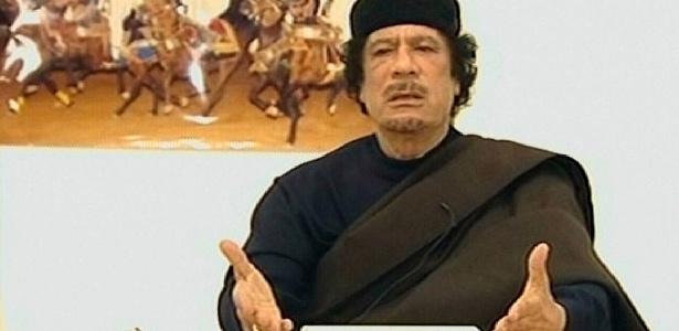 O ditador líbio Muammar Gaddafi, em aparição na TV estatal da Líbia