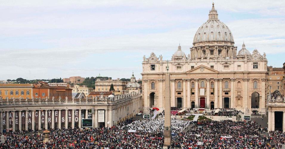 Fiéis se reúnem na Praça São Pedro, no Vaticano, durante a cerimônia de beatificação do papa João Paulo 2º