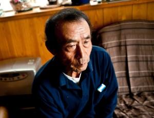 Yoshitoshi Sewa, um agricultor que não deixa seus netos brincarem fora de casa por medo da radiação, em sua casa na cidade de Tenei, no Japão