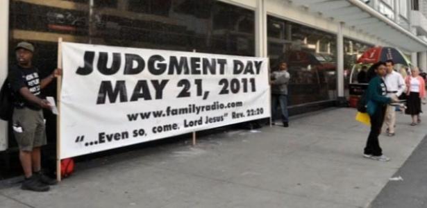 Fieis da Family Radio seguram cartaz avisando sobre o fim do mundo, nos EUA
