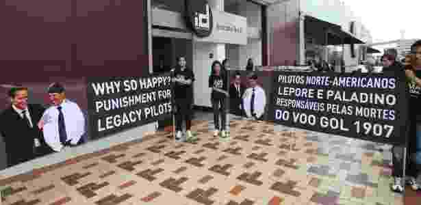 Associação de familiares e amigos do Voo 1907 protesto durante videoconferência de pilotos - Sergio Lima/Folhapress