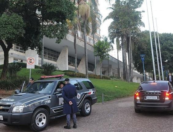 Carro da polícia é visto em frente à Prefeitura de Campinas, onde o Ministério Público e a polícia realizam operação para prender 20 acusados de envolvimento em fraudes na Sanasa (Sociedade de Abastecimento de Água e Saneamento S/A)