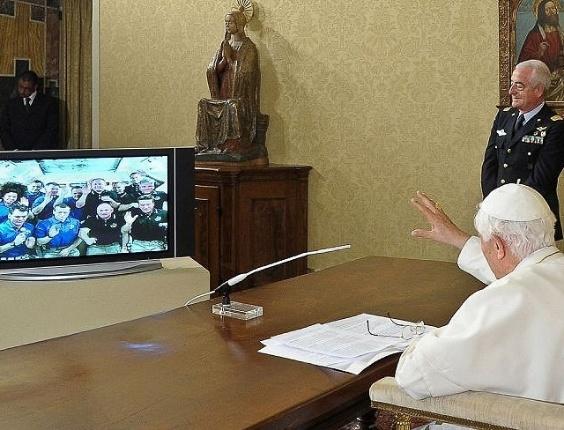 O papa Bento 16 participa videoconferência com tripulantes da Estação Espacial Internacional. Antes, em audiência com professores e alunos da Universidade Católica do Sagrado Coração, o papa disse que a fé católica não se opõe ao conhecimento científico