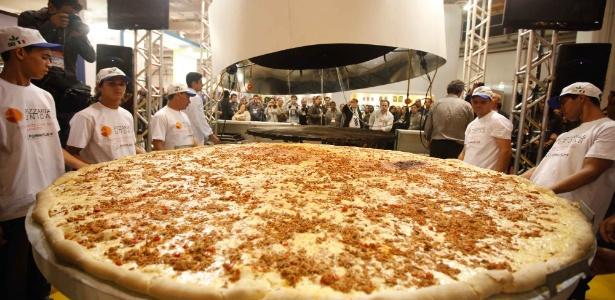 A maior pizza do Brasil foi preparada por pizzaiolos da Associação Pizzarias Unidas, em feira (SP) - Anderson Timóteo/News Free/AE