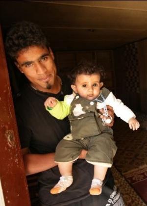 Pai e filho de 18 meses deixaram Ajdabiya; conflitos obrigam milhares a se deslocarem