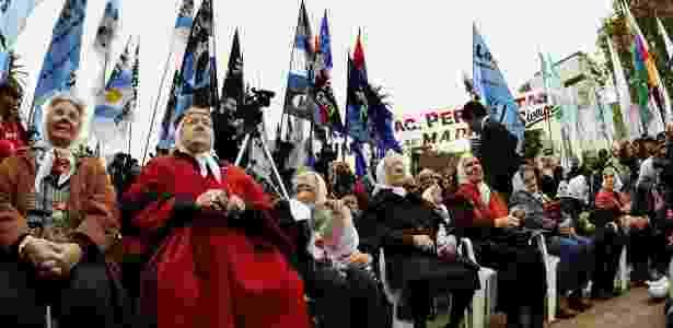 Mães da Praça de Maio e a presidente do grupo, Hebe de Bonafini (de vermelho), participam de manifestação em Buenos Aires - Daniel Garcia/AFP