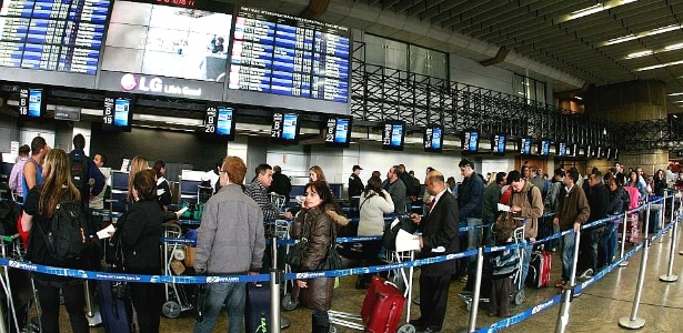 Filas em Guarulhos; Infraero diz que terminal corre risco de entrar em colapso