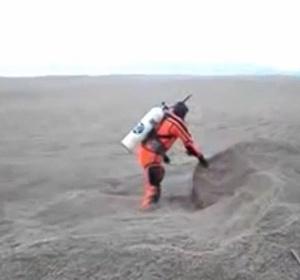 Homem mergulha em lago coberto por cinzas de vulcão chileno