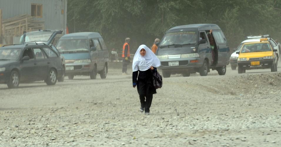 Mulher caminha sozinha em Cabul, no Afeganistão. O país é considerado o que mais oferece riscos para as mulheres