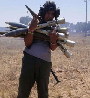 Jovem rebelde mostra granadas roubadas das forças do ditador Muammar Gaddafi, em Zlitan