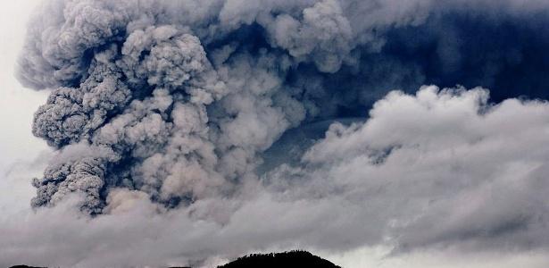 Nuvem de cinzas expelida pelo vulcão chileno Puyehue, ao sul de Santiago