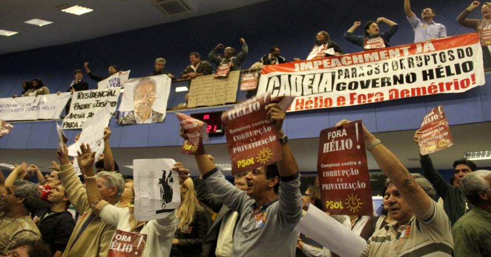 Populares protestam na Câmara Municipal de Campinas, nesta terça-feira, durante a votação para o afastamento do prefeito da cidade, Hélio de Oliveira Santos (PDT)