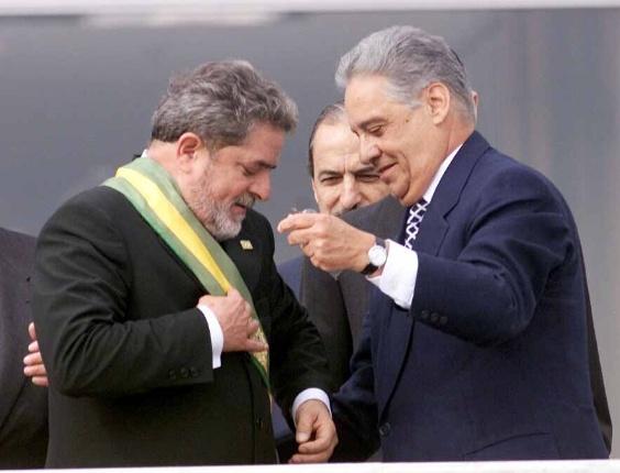 Fernando Henrique Cardoso transfere a faixa presidencial para Luiz Inácio Lula da Silva, em 1º de janeiro de 2003