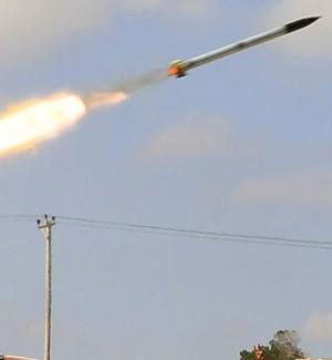 Rebeldes líbios lançam míssil em direção a tropas do governo do ditador Muammar Gaddafi, em Misrata