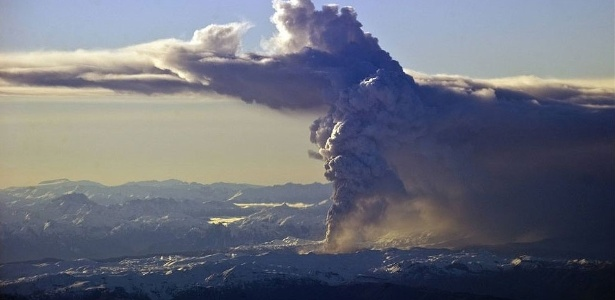Vulcão Puyehue lança nuvem de cinzas nesta segunda-feira (20), no Chile