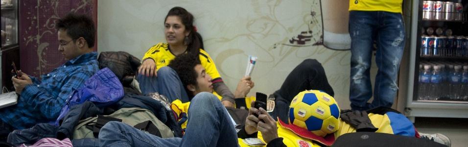 Torcedores da seleção colombiana de futebol aguardam liberação de voos, após cancelamentos no aeroporto Jorge Newbery, em Buenos Aires
