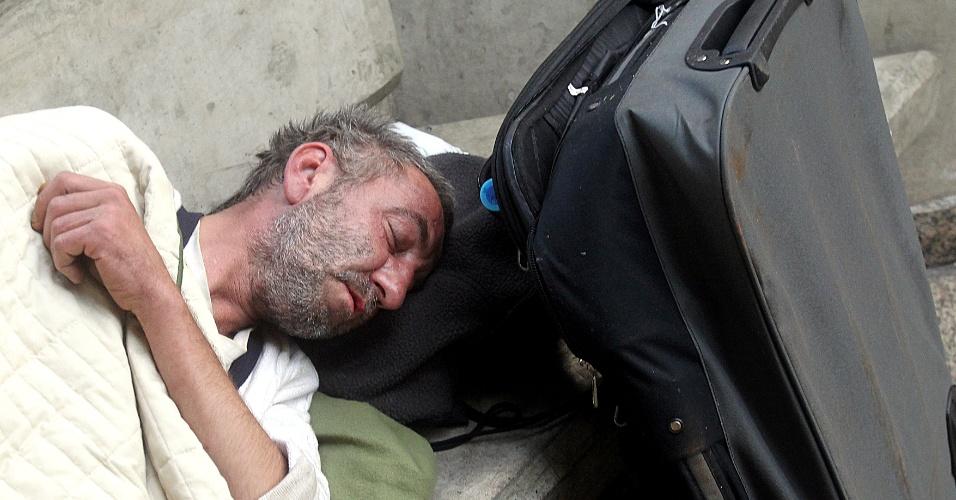 O polonês Robert Wladyslaw Parzelski, 44 anos, no aeroporto de Guarulhos. Robert passou 15 dias morando no aeroporto e após ser entrevistado pela reportagem da Folha foi levado ao Consulado Polonês em São Paulo