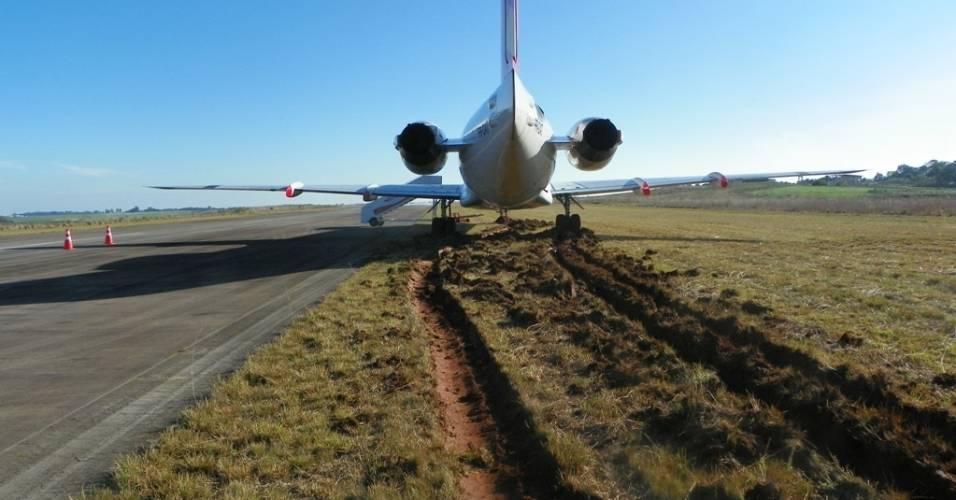 Piloto erra manobra na pista e atola avião em aeroporto de Passo Fundo (RS)