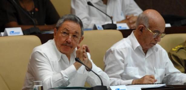 O presidente de Cuba, Raúl Castro, ao lado do primeiro vice-presidente, Jose Ramon Machado Ventura, durante Assembleia Geral, nesta segunda-feira (1º), em Havana