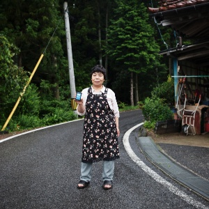 Kiyoko Okoshi mostra dosímetro usado para medir a radiação em sua casa em Iwaki, no Japão